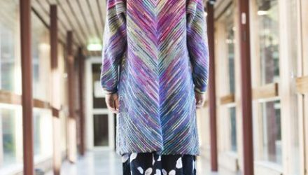 Модная модель женского пальто в полоску из остатков пряжи (Вязание спицами)