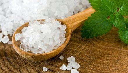 От кашля, бородавок и простуды: 9 полезных рецептов на основе соли