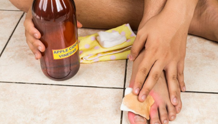 Опустите ноги в яблочный уксус — и болезни уйдут! Врачи сами в шоке!!