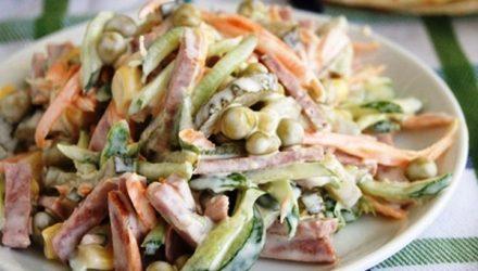 Сам салат очень простой и готовится минут за 15