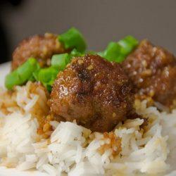 Тефтели с рисом и сливочной подливкой в духовке