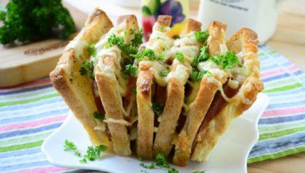 Хлеб-гармошка с твердым сыром, петрушкой и тимьяном